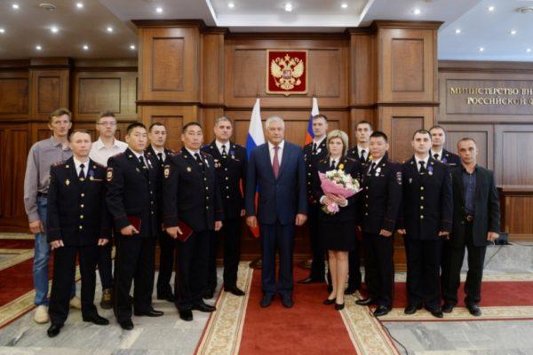Глава МВД наградил полицейских за мужество при спасении людей