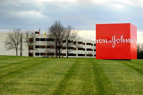 Суд обязал Johnson & Johnson выплатить $110 млн заболевшей раком американке