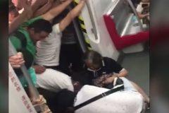 Пассажиры китайского метро наклонили вагон, чтобы спасти женщину (видео)