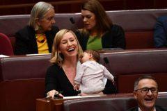 Сенатор покормила ребенка грудью на заседании австралийского парламента