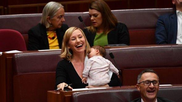 Сенатор покормила ребенка грудью на совещании австралийского парламента