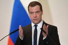 Медведев поручил усовершенствовать демографическую политику