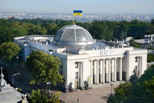 Украинские православные проводят молебен под Верховной радой