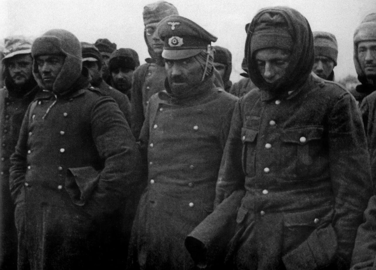 Военнопленные во время шахматного турнира в лагере
