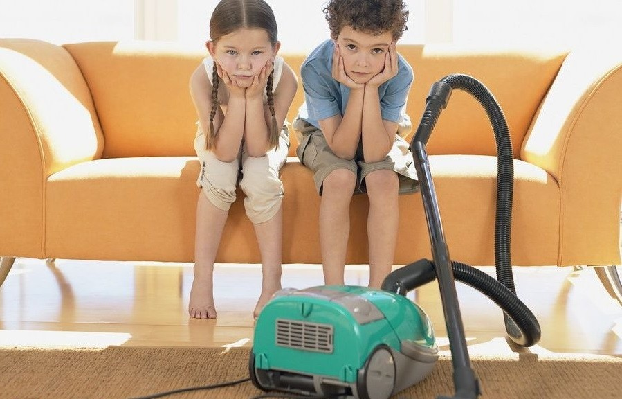 мама с сыном делают уборку
