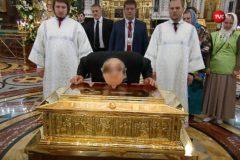 Владимир Путин приложился к мощам святителя Николая