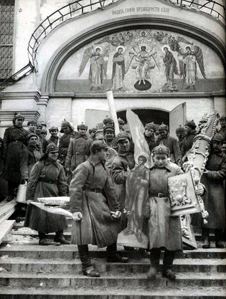 Красноармейцы на субботнике выносят церковное имущество из Симонова монастыря, 1925 год