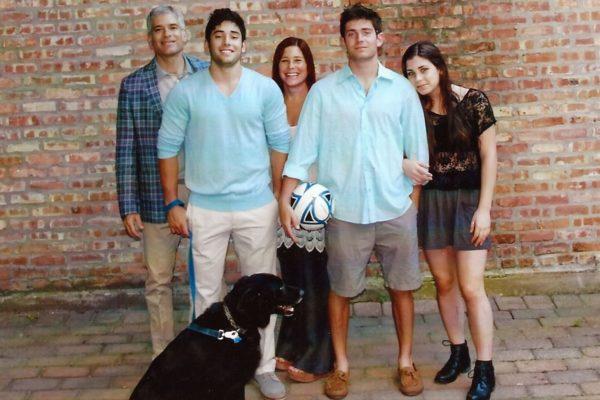 Эми Круз Розенталь с мужем, двумя сыновьями и дочерью. Фото из семейного архива