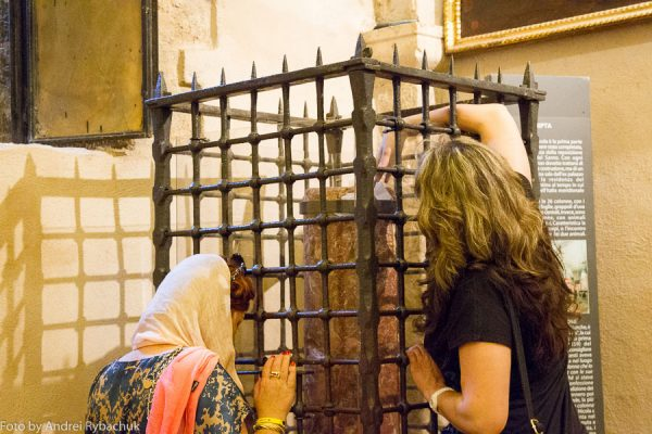 В чем помогает Николай Чудотворец? Колонна в базилике святого Николая. Фото: Андрей Рябчук / cat-n-travels.ru