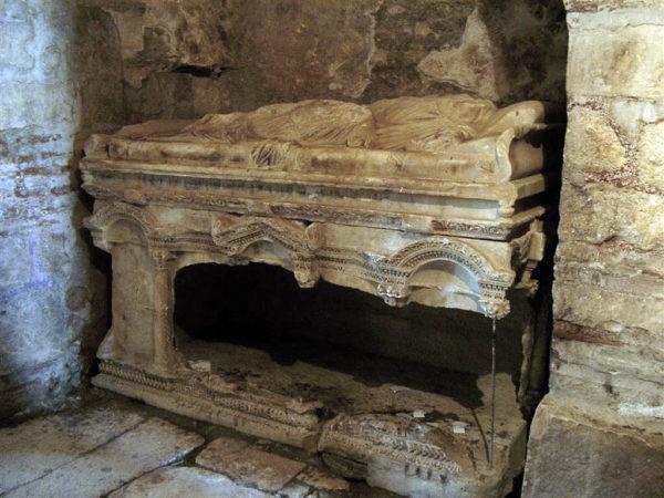 Саркофаг, в котором покоились мощи Святителя Николая до перенесения