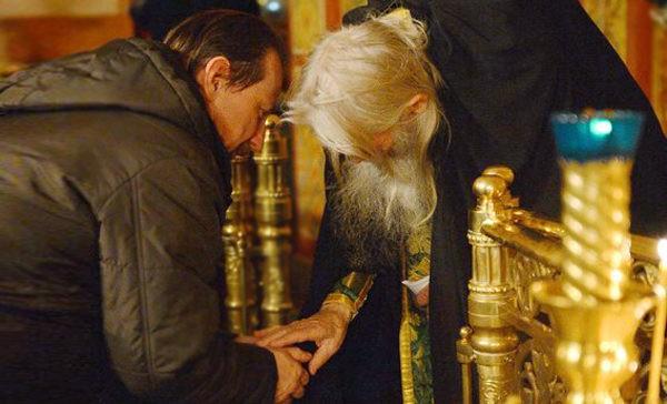 Если старец воду крестит кадилом