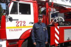 Сотрудник МЧС в Подмосковье спас из перевернутой машины пенсионера и ребенка