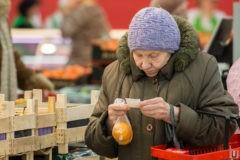 Малоимущие россияне получат 10 тысяч рублей на продуктовые карточки