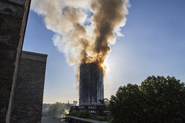 Пожар охватил 27-этажный дом в Лондоне (видео)