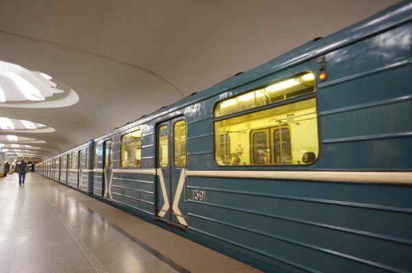 Пассажир московского метро спас упавшую нарельсы женщину