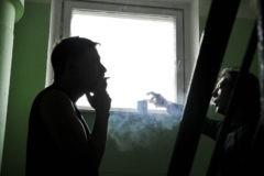 Члены Совета Федерации предложили запретить курение возле подъездов