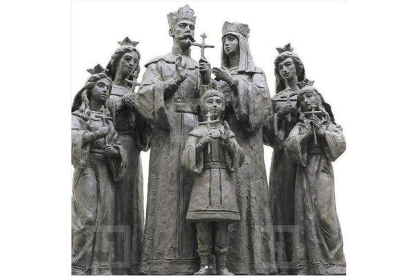 Памятник семье Николая II открыт в Дивеево