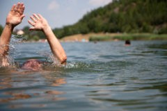 Дедушка ценой собственной жизни спас внучку из реки в Архангельской области