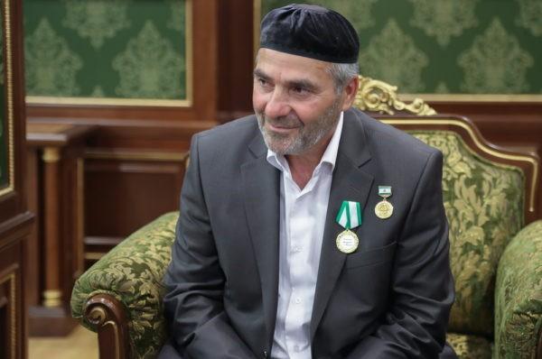 Глава Ингушетии наградил мужчину, спасшего людей из горящих автомобилей