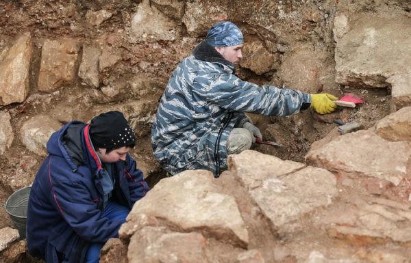 Археологи обнаружили на Биржевой площади в Москве древний храм и продлили раскопки до ноября