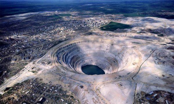 Более 100 человек заблокированы в шахте в Якутии