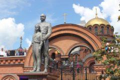 Вандал напал с топором на памятник Николаю II в Новосибирске