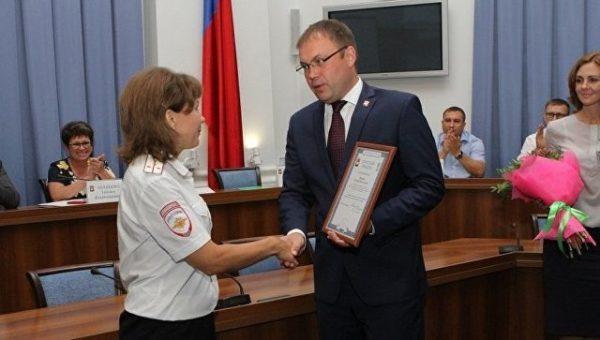 Мэр Кемерова наградил сотрудницу полиции за спасение четверых детей из пожара