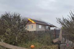 Полицейские Волжского спасли из пожара семью, проехав на машине сквозь пламя