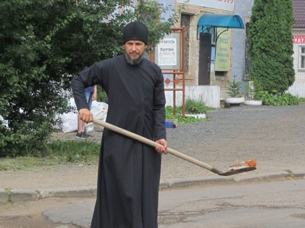Священник отремонтировал дорогу в смоленском Ярцево (фото)
