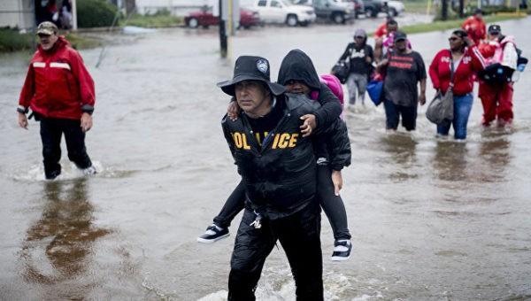 Корреспондент CNN в прямом эфире из Техаса спас мужчину из тонущего пикапа