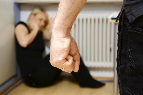 Социологи: После декриминализации побоев наказывать за них стали чаще