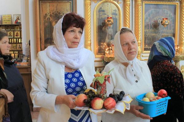 Что меняется, когда мы стоим в храме с корзинами яблок