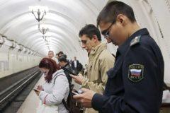 Пассажиры московского метро утром ищут в интернете молитвы и сонники