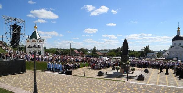 Патриарх Кирилл освятил памятник Патриарху Сергию (Страгородскому) в Арзамасе
