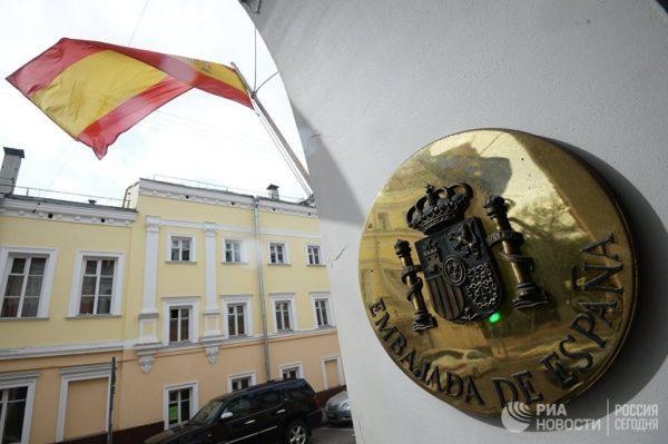 Москвичи несут к посольству Испании свечи и цветы