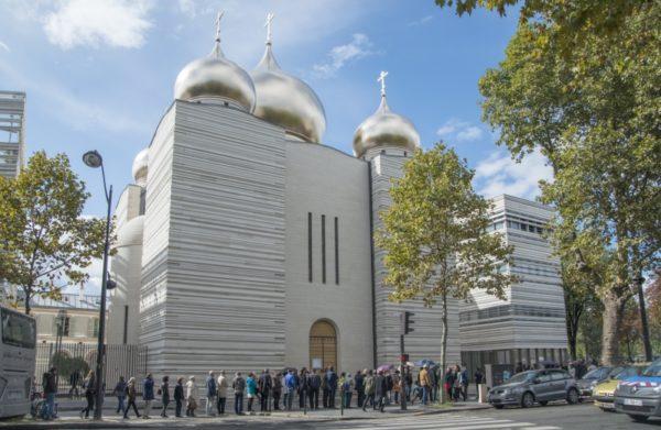 Парижане выстроились в очередь в Троицкий Кафедральный собор