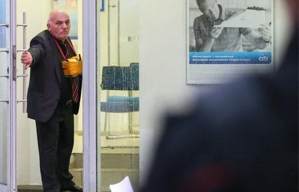 Суд приговорил мужчину, захватившего заложников в банке, к 12 годам тюрьмы