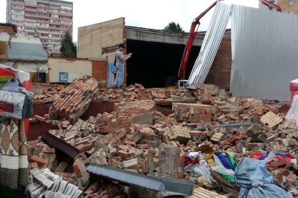 Стена здания обрушилась на торговые ряды в Подмосковье