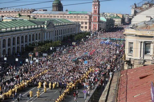 Около 100 тысяч человек вышли на крестный ход в Петербурге