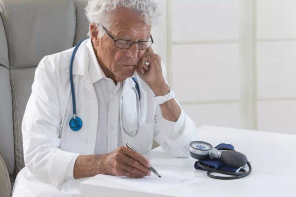 Главврачи старше 70 лет получат почетные должности