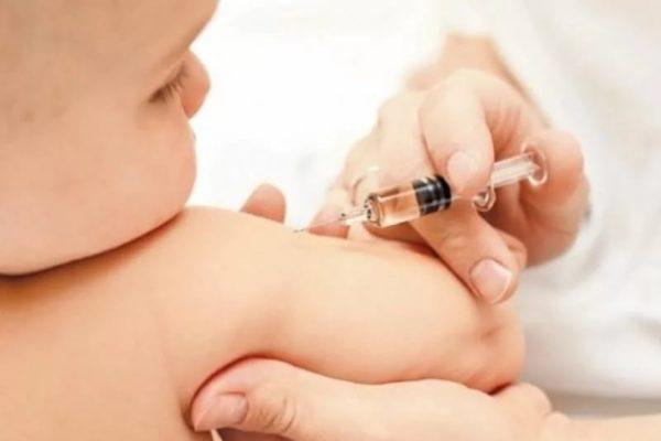 Более половины россиян, имеющих детей и внуков, против наказаний за отказ от прививок – ВЦИОМ