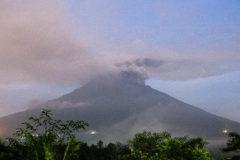 300 российских туристов эвакуируют с Бали из-за извержения вулкана