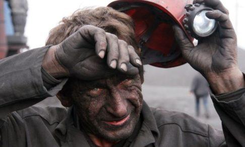 Миша упал в воду на дне шахты, но вдруг на каске загорелся фонарик