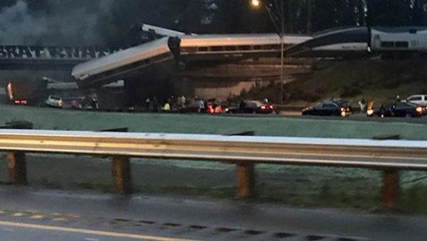 В США поезд упал с моста на проезжую часть, есть погибшие