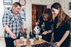 Россияне сделали подарок амурскому пенсионеру, создающему новогодние открытки на льду