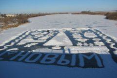 Одинокий пенсионер-инвалид восьмой год создает новогоднюю открытку на льду