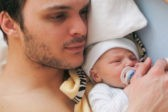 Почему ученые советуют не гнать младенцев из своей кровати