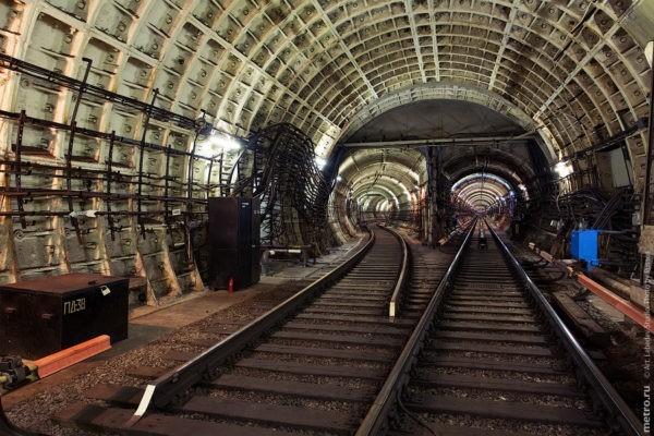 Полицейский спас упавшего на рельсы метро пассажира