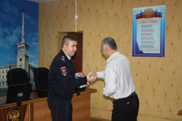 Ангарского водителя такси наградили за спасение ребенка