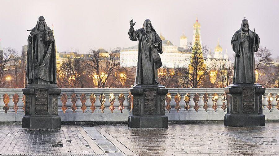 Памятники Патриархам у Храма Христа Спасителя: что о них известно
